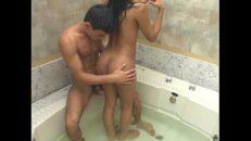Travesti brasileira dando o cu na banheira