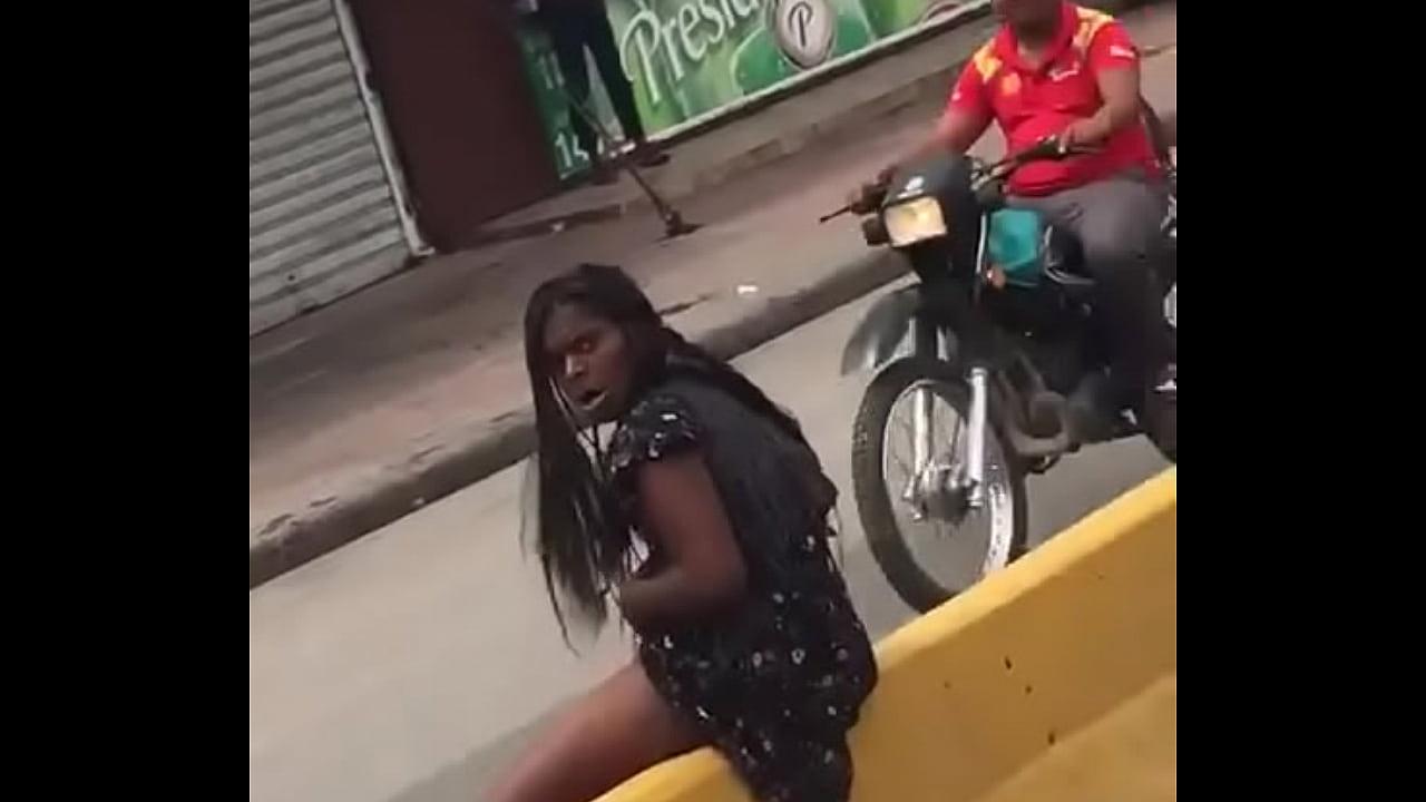 Flagra de morena noiada na rua socando a garrafa na buceta