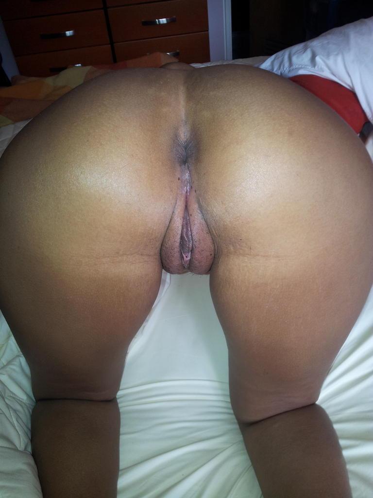 Negra gostosa no motel arregacando o cuzinho e a buceta